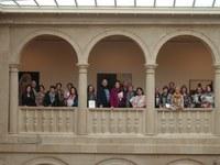 Alumnos de la Universidad Popular y del Colegio Vélez de Guevara descubren la muestra temporal del Certamen de Pintura