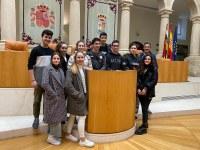 Alumnos y alumnas del grupo de debate del colegio Maristas nos visitan