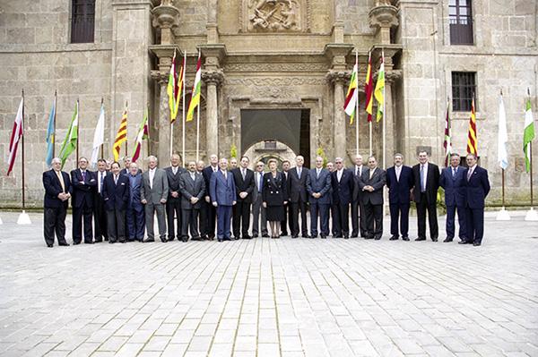 """Miembros de la """"Asamblea de treintaidosantes"""" durante el acto de conmemoración del XX Aniversario de la firma del Proyecto de Estatuto de Autonomía en 2001. Foto: Raquel Manzanares"""
